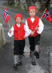 Kinder mit traditioneller norwegischer Tracht