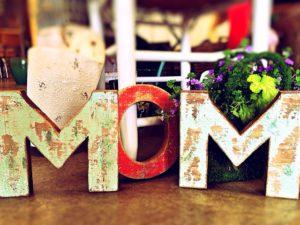 Buchstaben, die das Wort MOM zum Muttertag, formen