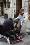 Ein Schuhputzer in den Straßen von Santiago in Chile